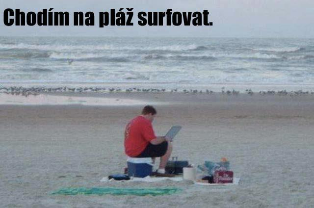 chodim-na-plaz-surfovat